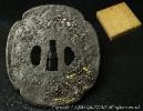 【源・t】◆送料無料◆刀装具松竹梅肉彫り象嵌大刀鍔無銘◆
